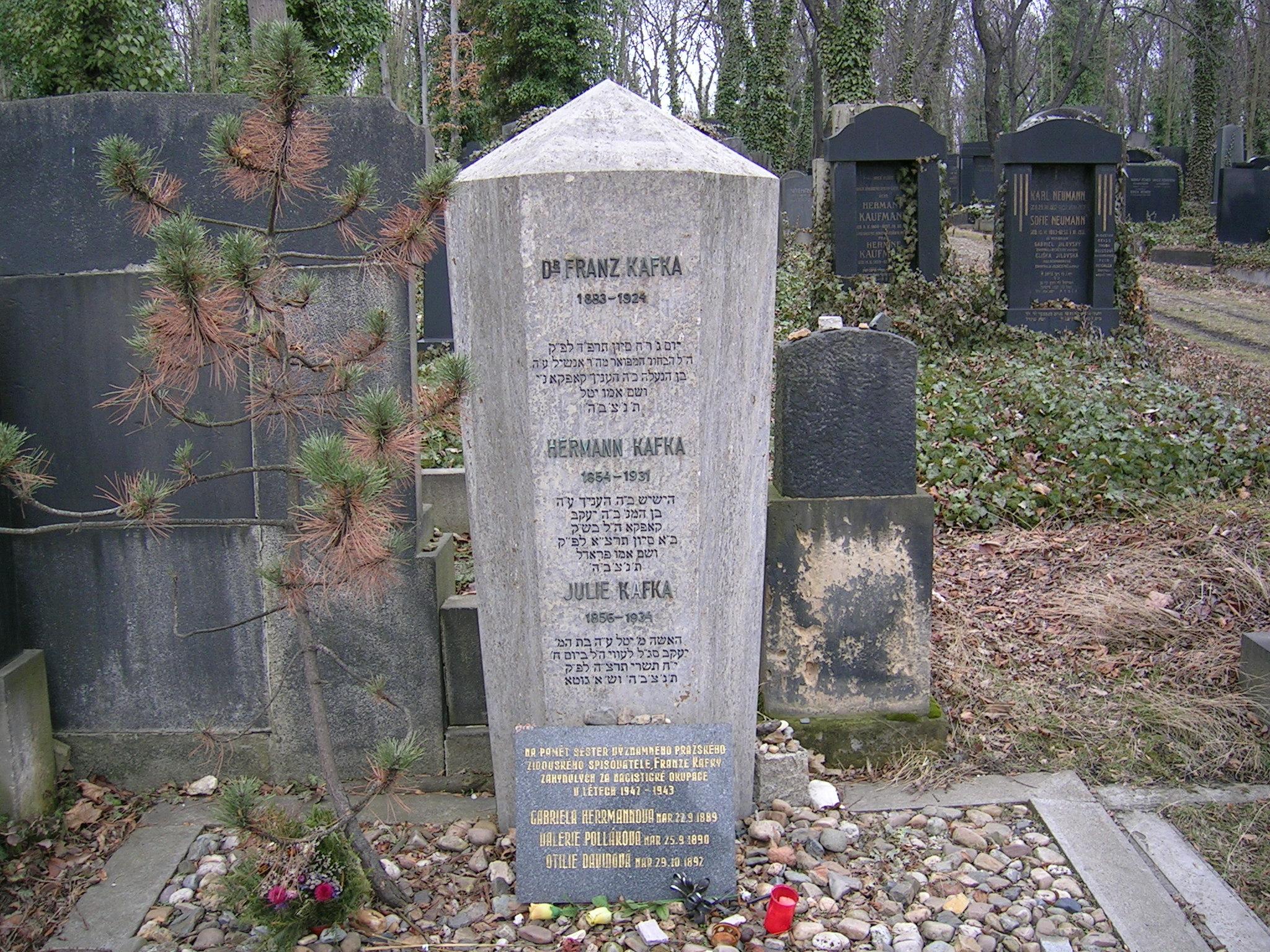 Tumba de Franz Kafka en el Cementerio de Praga-Žižkov.