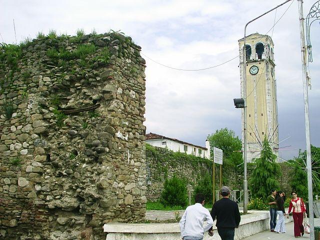Hodinova vez a zbytky pevnostnich hradeb v Elbasanu, 18.s