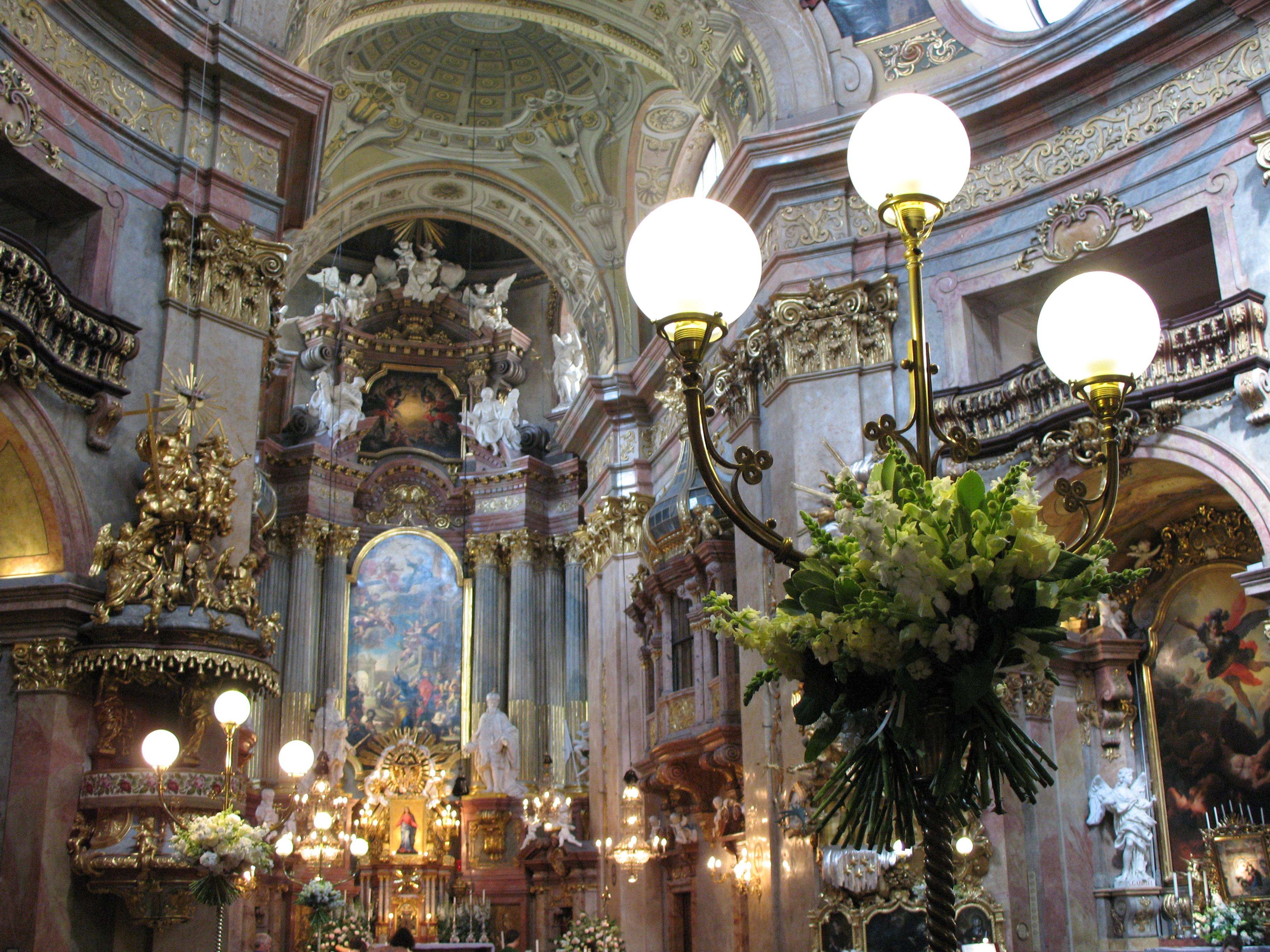 https://upload.wikimedia.org/wikipedia/commons/d/d8/IMG_0178_-_Wien_-_Peterskirche.JPG