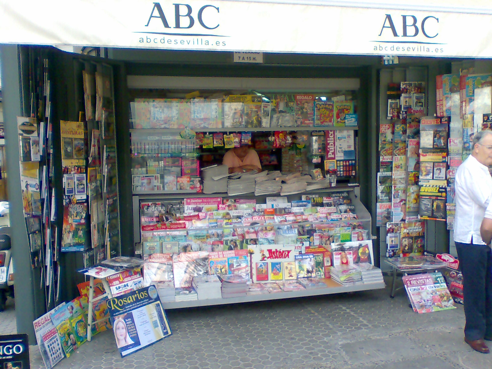 File:Kiosco de prensa sevillano.jpg - Wikimedia Commons