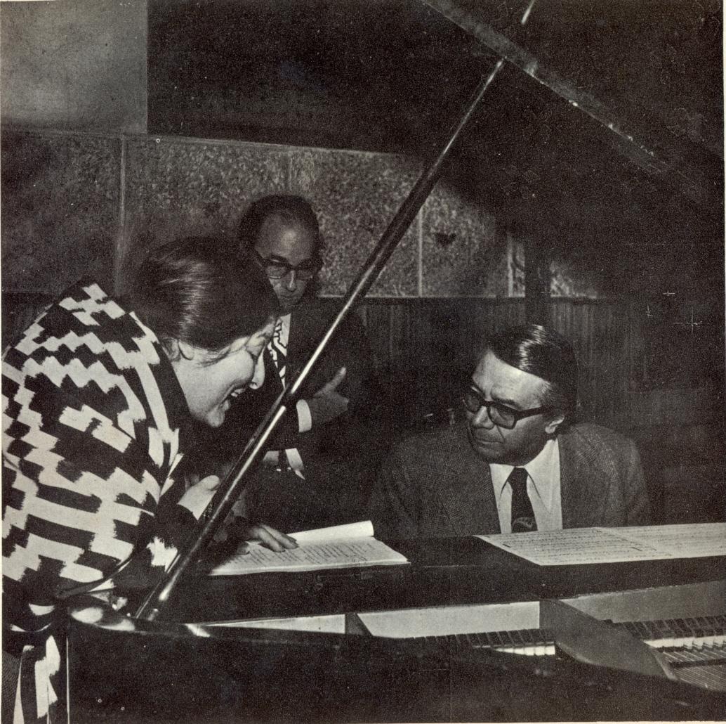 Mercedes Sosa junto a Félix Luna (de pie) y Ariel Ramírez (al piano), con quienes realizó álbumes destacados como la Misa Criolla (1965), Mujeres argentinas (1969), y Cantata sudamericana (1972).