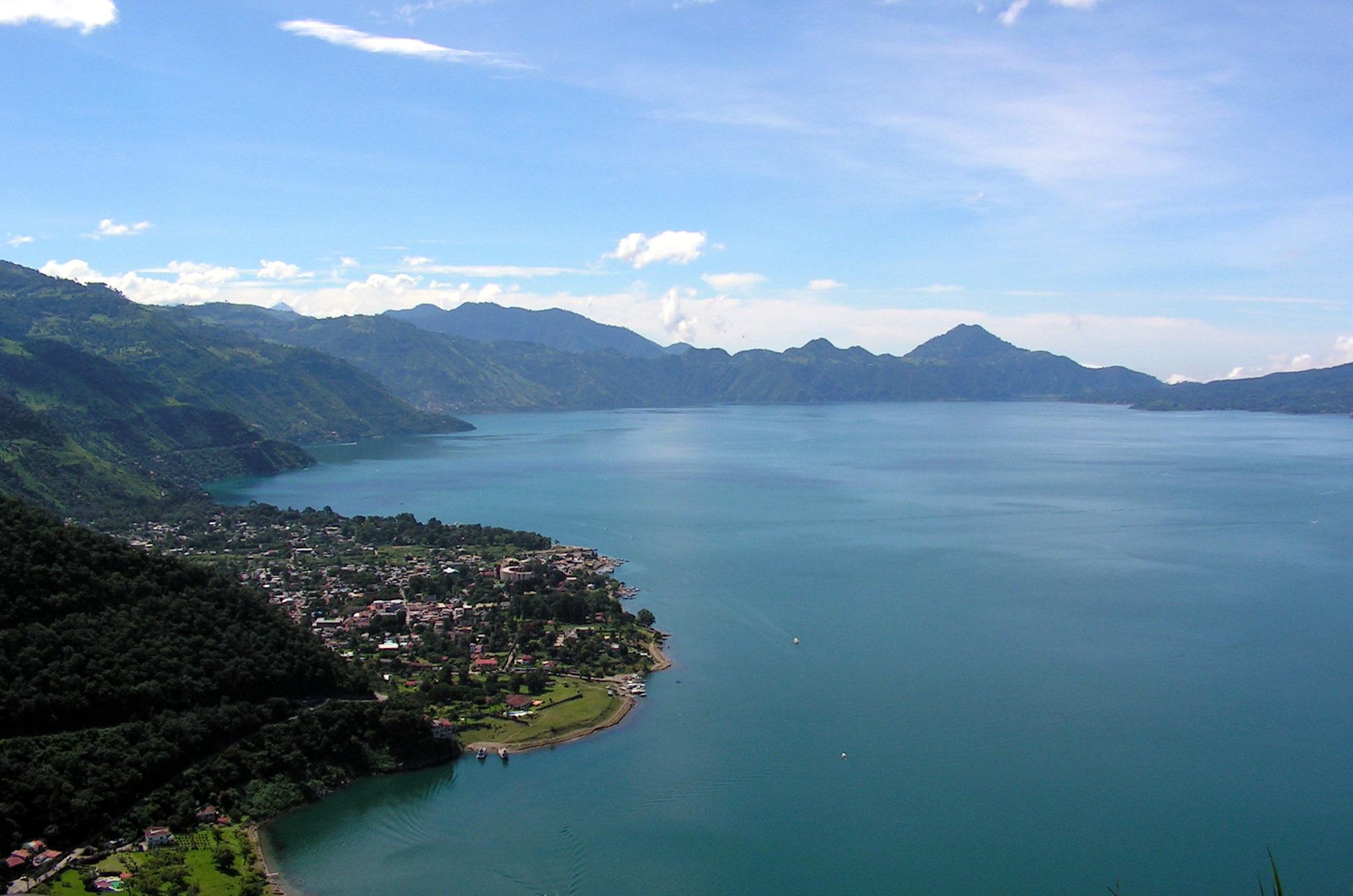 la ville de Panajachel, sur les rives du lac Atitlan Photo :  la ville de Panajachel, sur les rives du lac Atitlan (source : wikipedia.org)