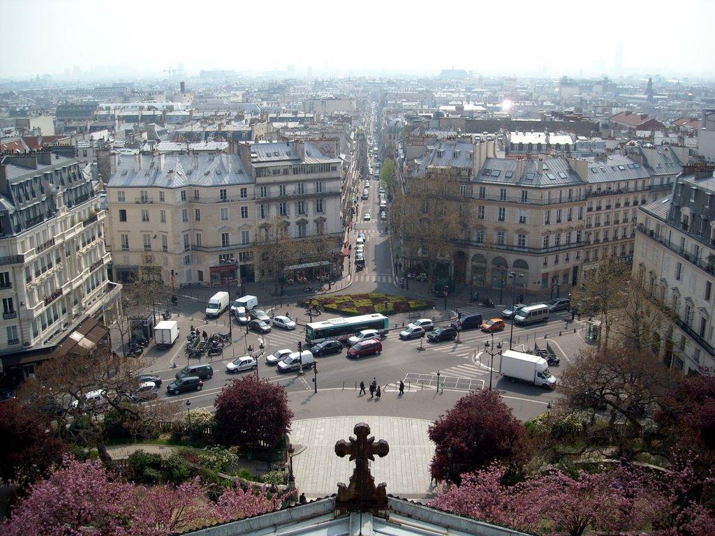 Vue de la place depuis les terrasses de l'église Saint-Vincent-de-Paul de Paris