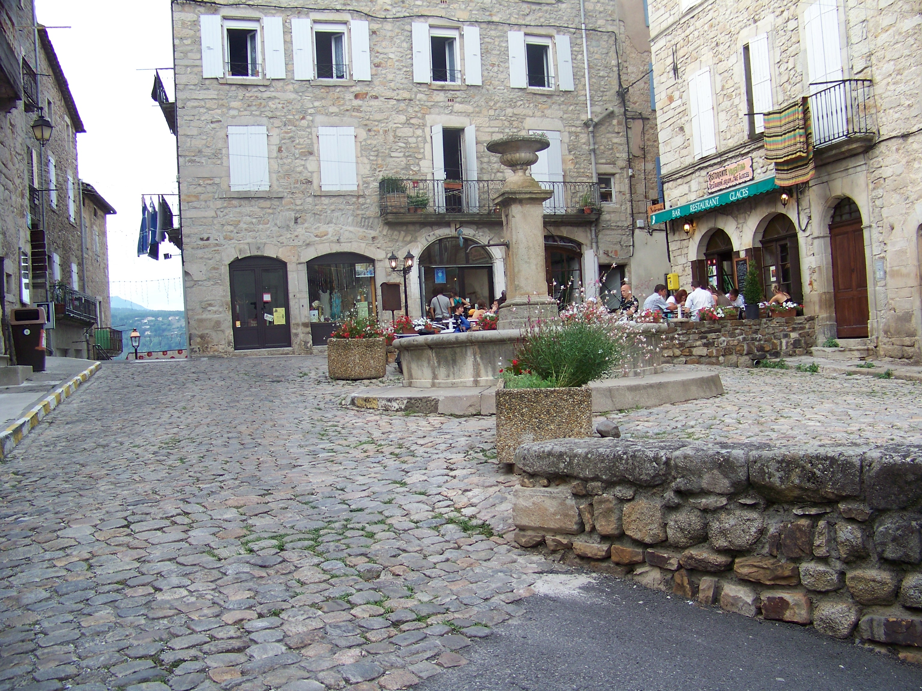 File:Place de la Peyre à Joyeuse.JPG - Wikimedia Commons