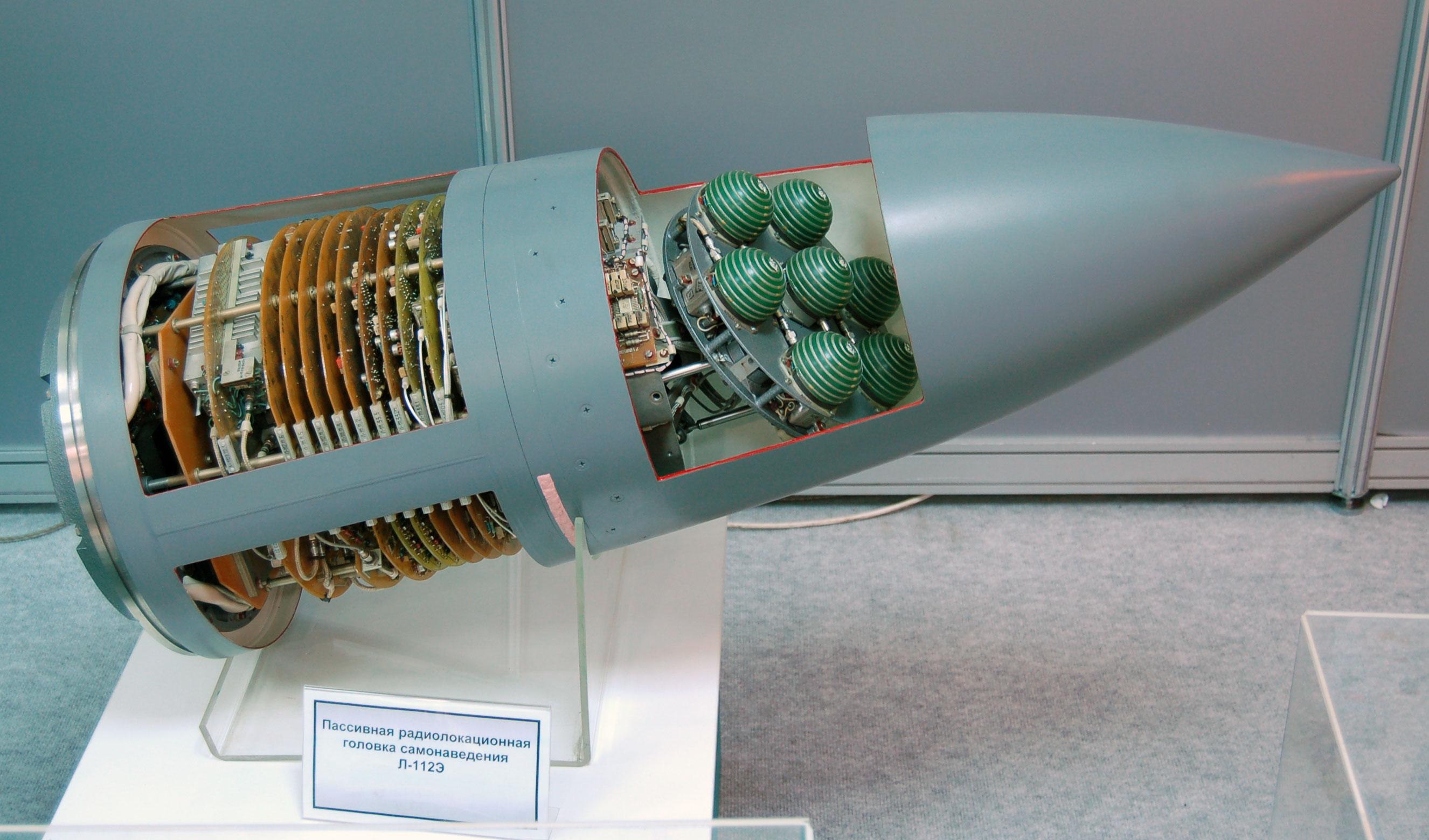 Guía Avtomatika L-112E para el misil anti-radiación ruso Kh-31P (MAKS 2009).