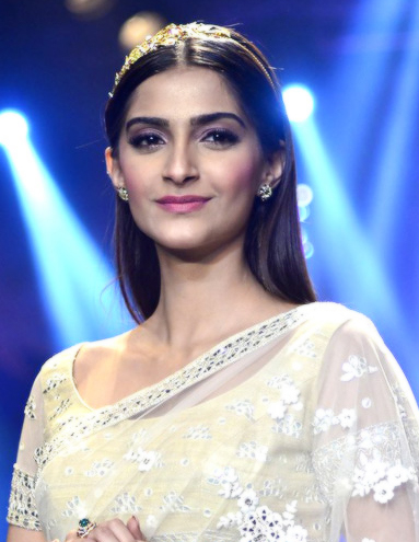 The 33-year old daughter of father Anil Kapoor  and mother Sunita Kapoo, 177 cm tall Sonam Kapoor in 2018 photo