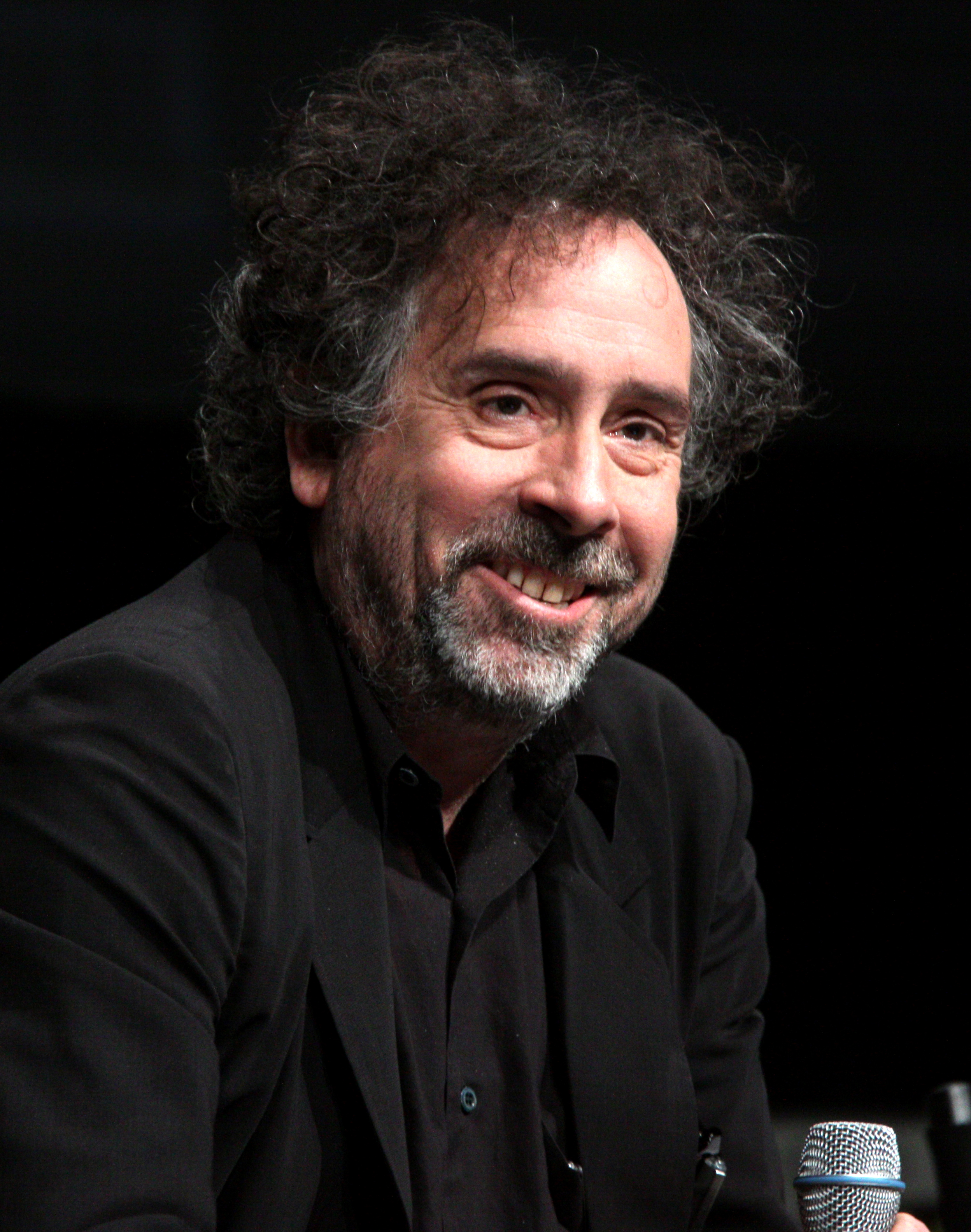 The 48-year old son of father Bill Burton and mother Jean Burton, 182 cm tall Tim Burton in 2017 photo