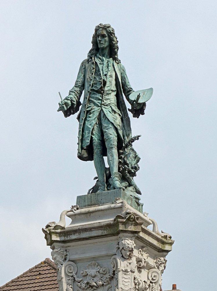 Valenciennes_statue_watteau_cropped3.jpg