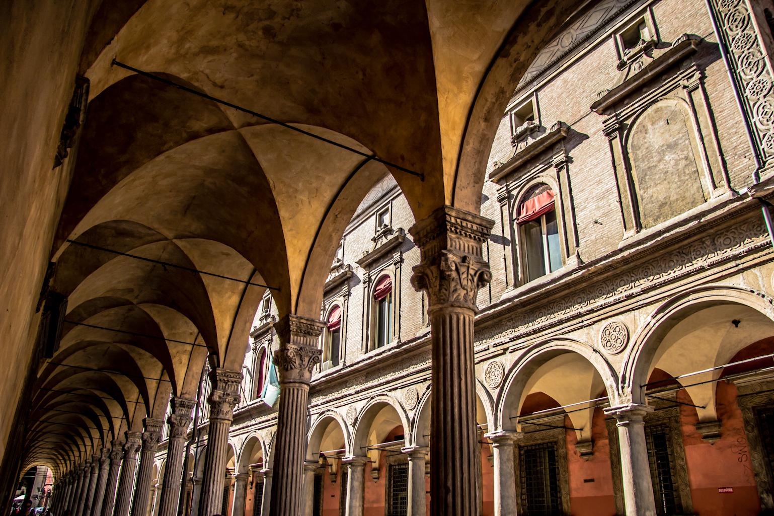 https://upload.wikimedia.org/wikipedia/commons/d/d8/Via_Zamboni_-_San_Giacomo_Maggiore_-_Bologna_IT-1.jpg