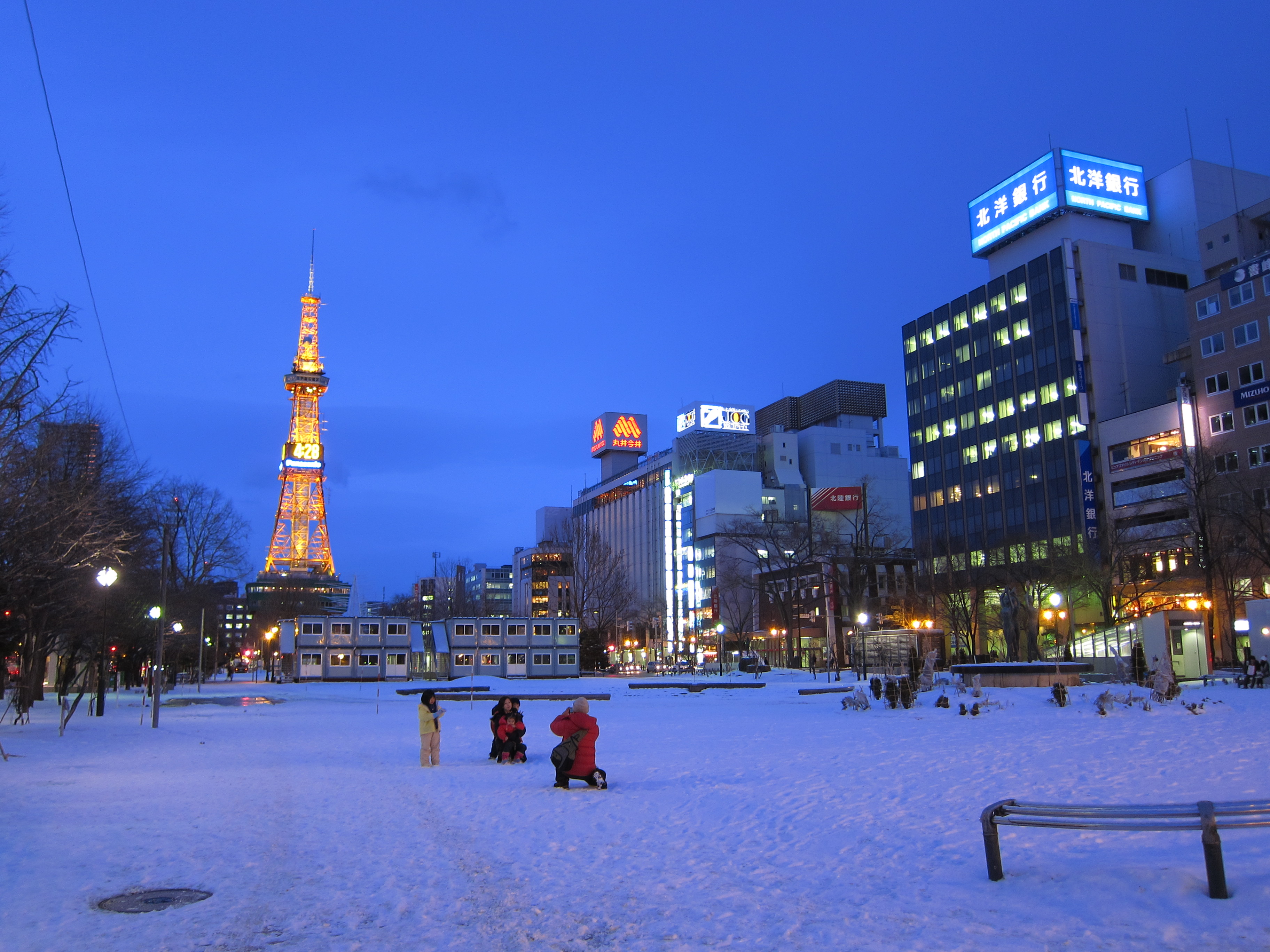 https://upload.wikimedia.org/wikipedia/commons/d/d8/View_of_Sapporo_TV_Tower_from_Odori_Park%282011%29.JPG