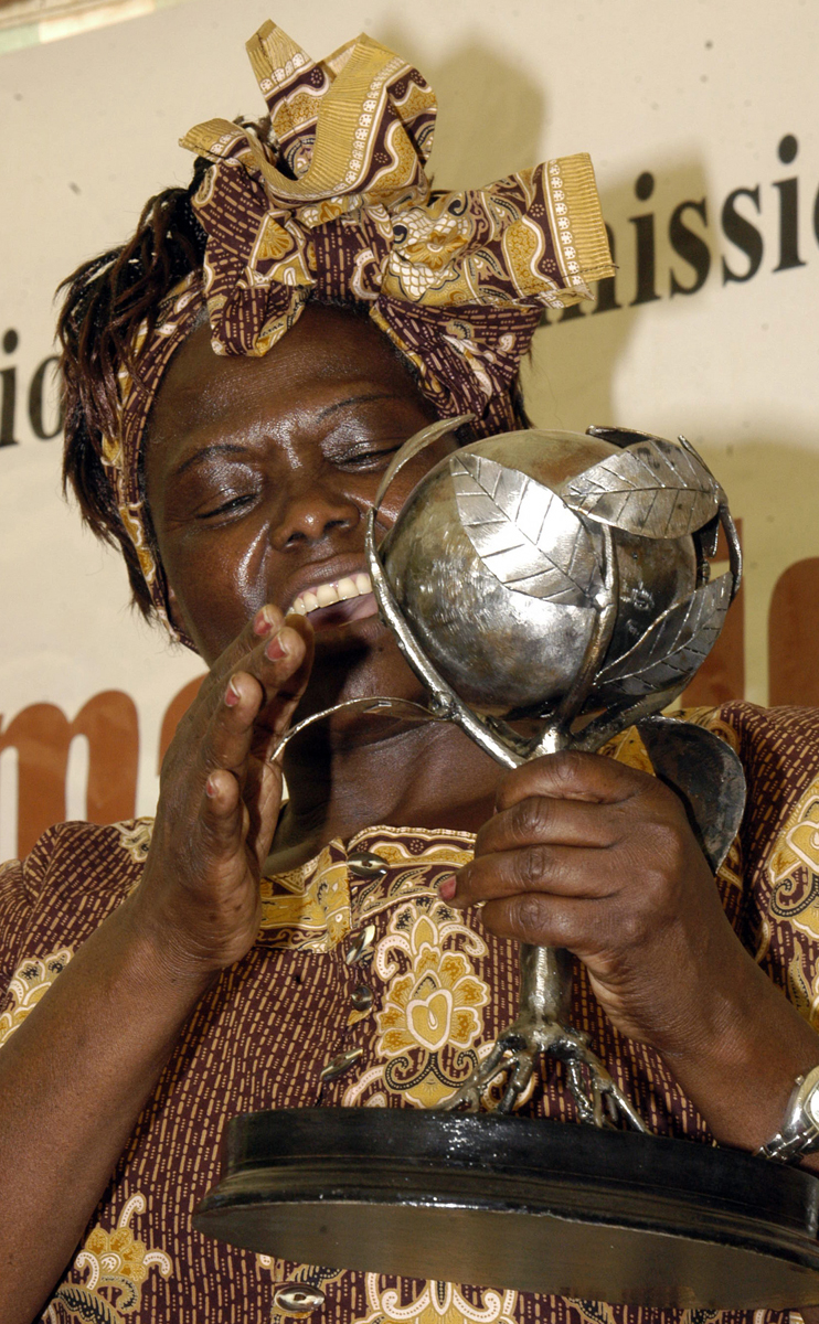 Wangari Maathai holding a trophy awarded to her by the [[Kenya National Commission on Human Rights]]