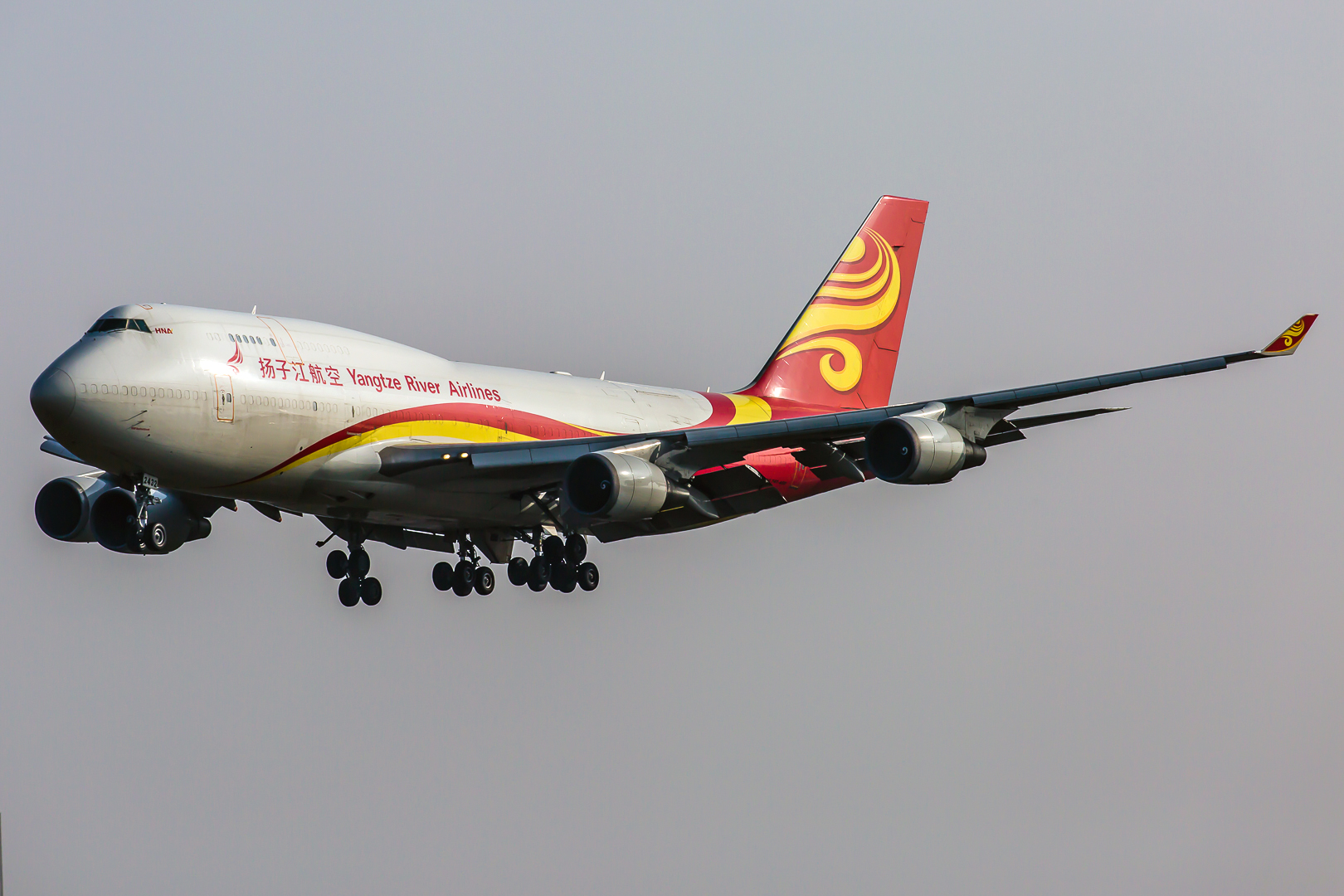 https://upload.wikimedia.org/wikipedia/commons/d/d8/Yangtze_River_Express_-_B-2322_-_Boeing_747-481_(BDSF)_(Y8-YZR).jpg
