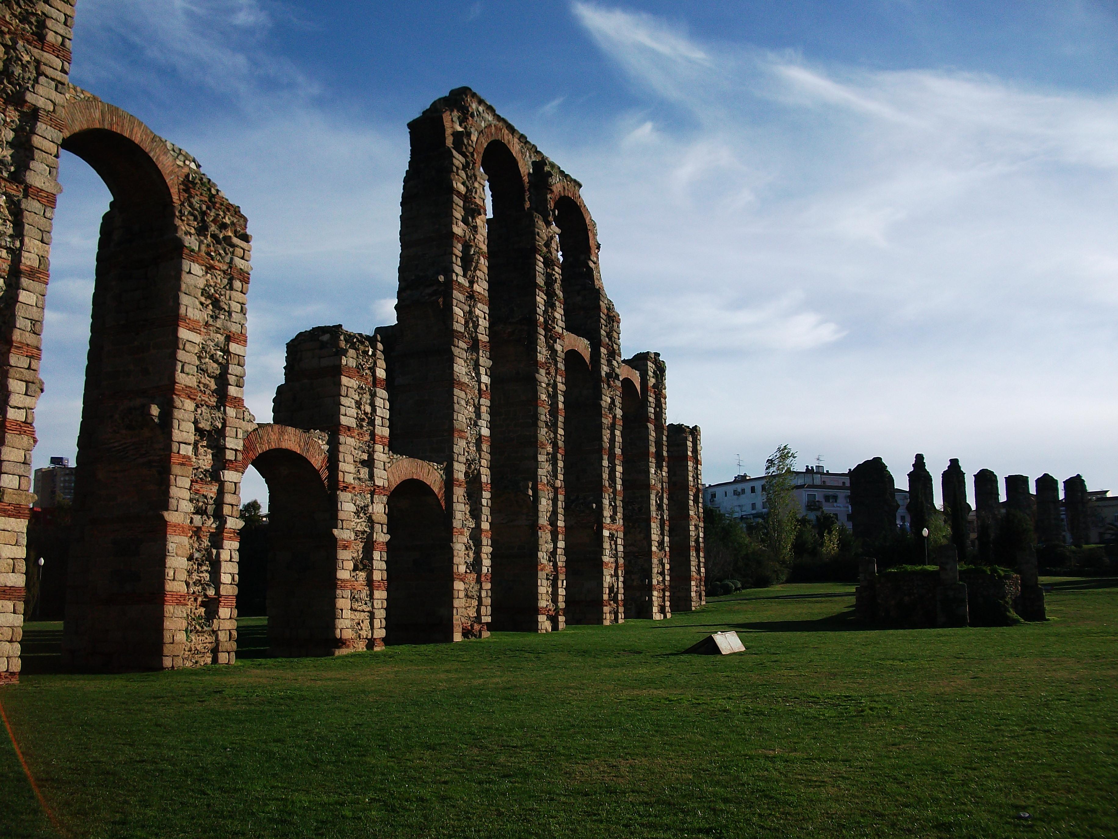 File:Acueducto romano de Mérida.jpg - Wikimedia Commons