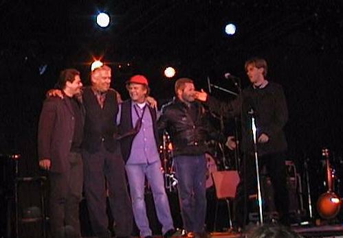 Art (vestido de violeta), con su banda el 4de junio de 1998 en Gotemburgo (Suecia)