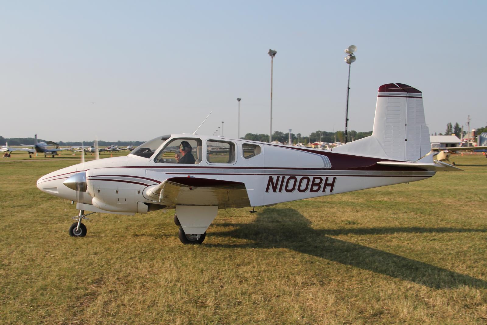 File Beechcraft Travel Air N100bh Jpg Wikimedia Commons