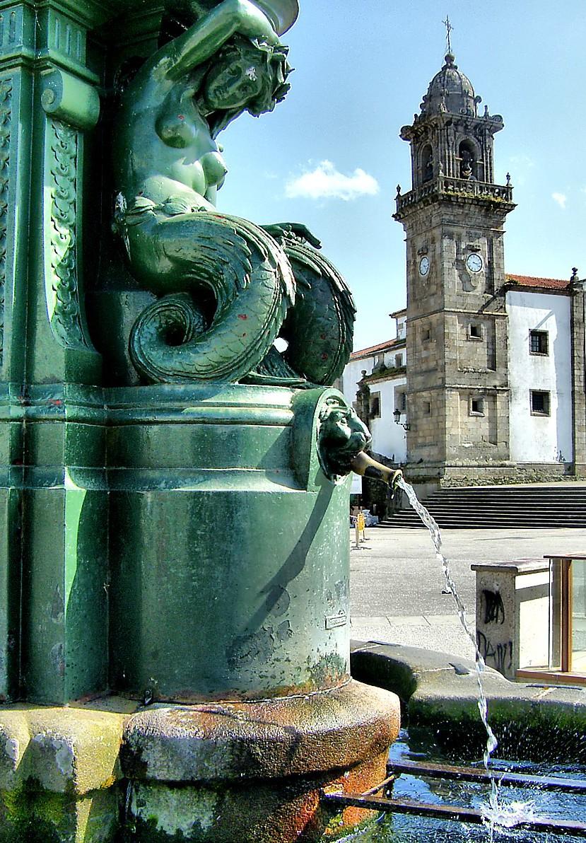 Betanzos. Fonte e igrexa