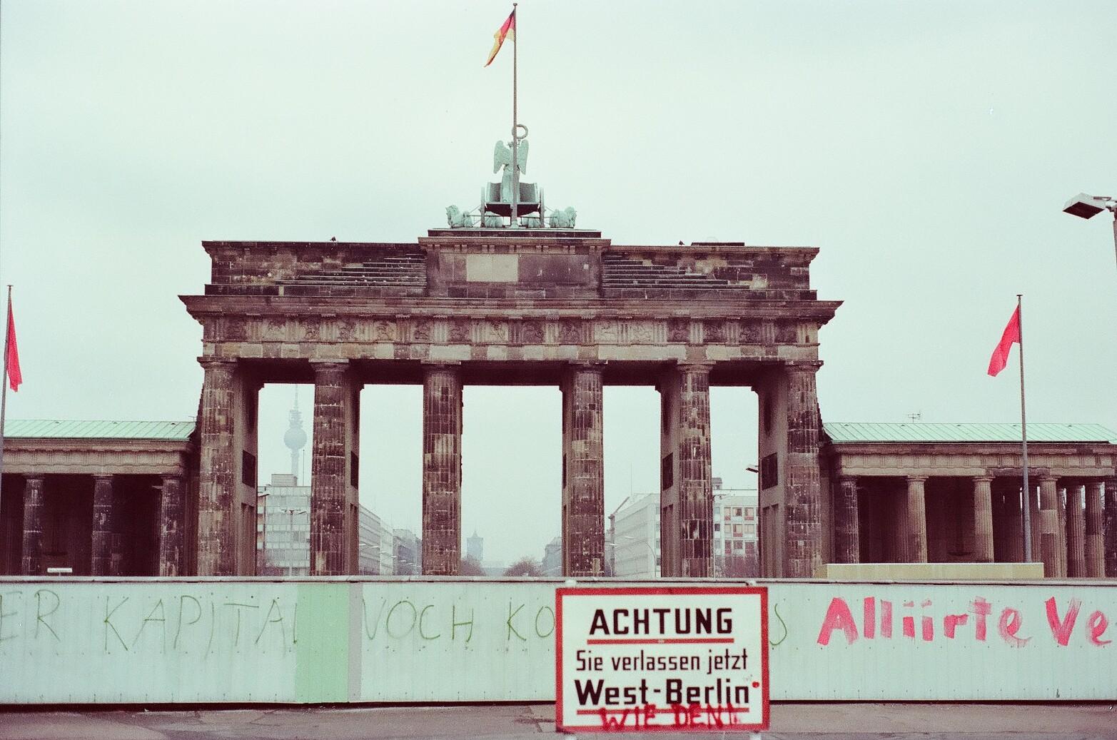 Brandenburg Gate Dimensions File Brandenburg Gate 1980s