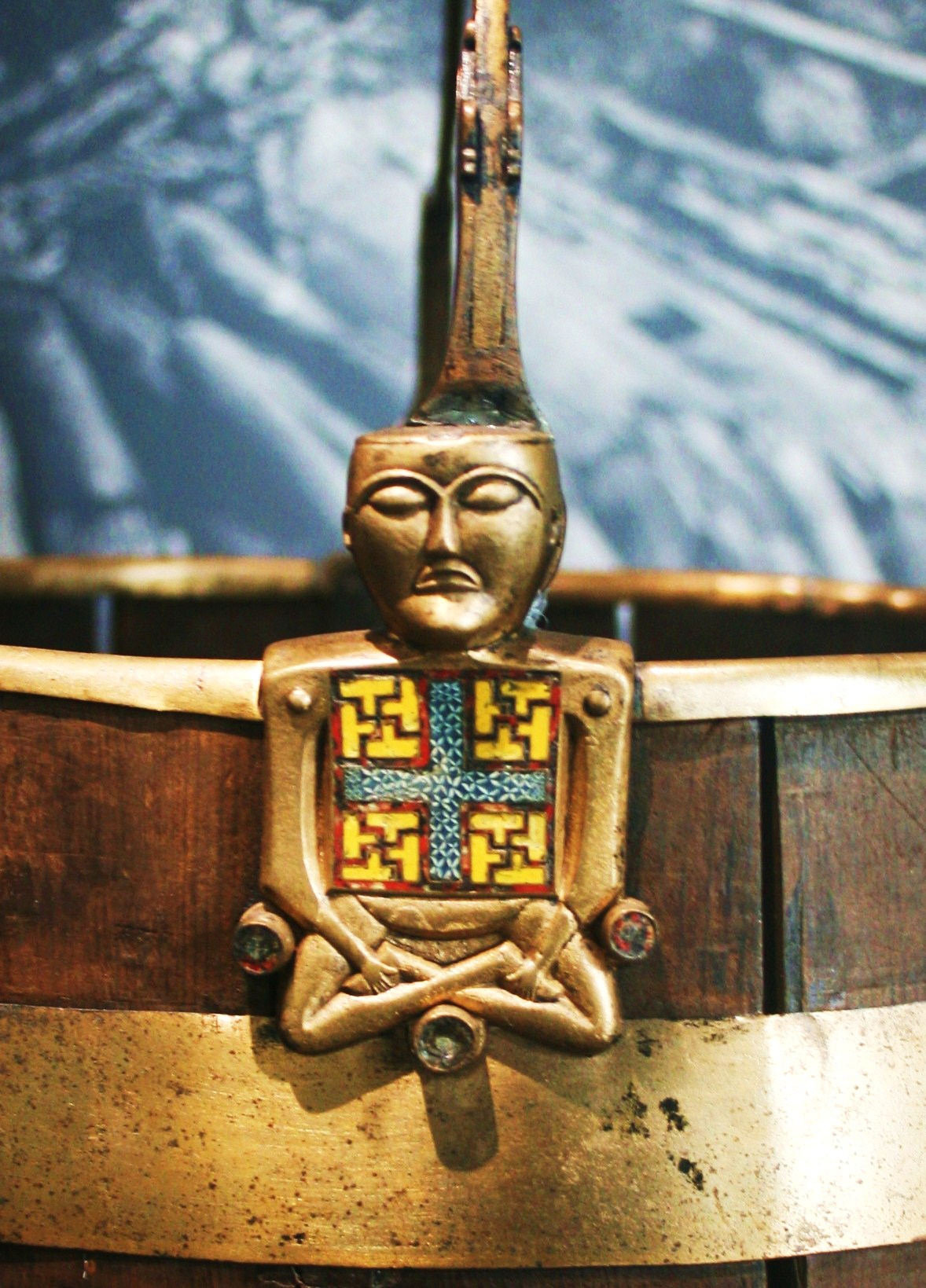 https://upload.wikimedia.org/wikipedia/commons/d/d9/Buckle_from_Oseberg_Vikingship_Buddha.JPG