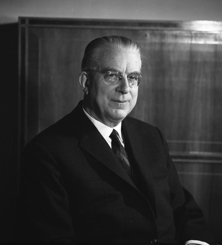 https://upload.wikimedia.org/wikipedia/commons/d/d9/Bundesarchiv_B_145_Bild-F015051-0006,_Hans_Globke.jpg