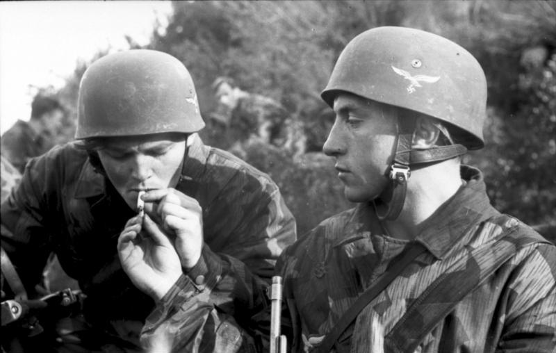 https://upload.wikimedia.org/wikipedia/commons/d/d9/Bundesarchiv_Bild_101I-579-1965-04A%2C_Italien%2C_Fallschirmj%C3%A4ger_Zigarette_rauchend.jpg
