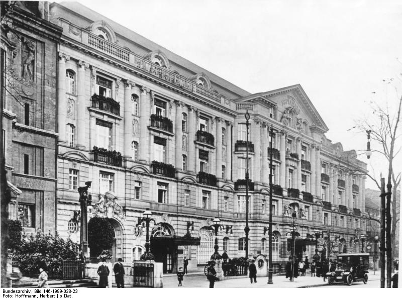 Hotel Esplanade Bundesarchiv, Bild 146-1989-028-23 / Hoffmann, Herbert / CC-BY-SA 3.0 [CC BY-SA 3.0 de (https://creativecommons.org/licenses/by-sa/3.0/de/deed.en)], via Wikimedia Commons