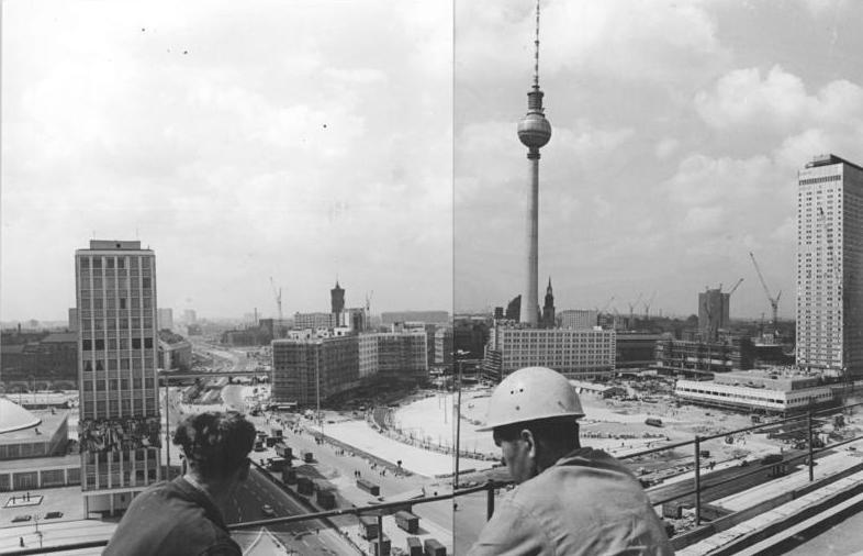 https://upload.wikimedia.org/wikipedia/commons/d/d9/Bundesarchiv_Bild_183-H0814-0033-001%2C_Berlin%2C_Fernsehturm%2C_Bau.jpg