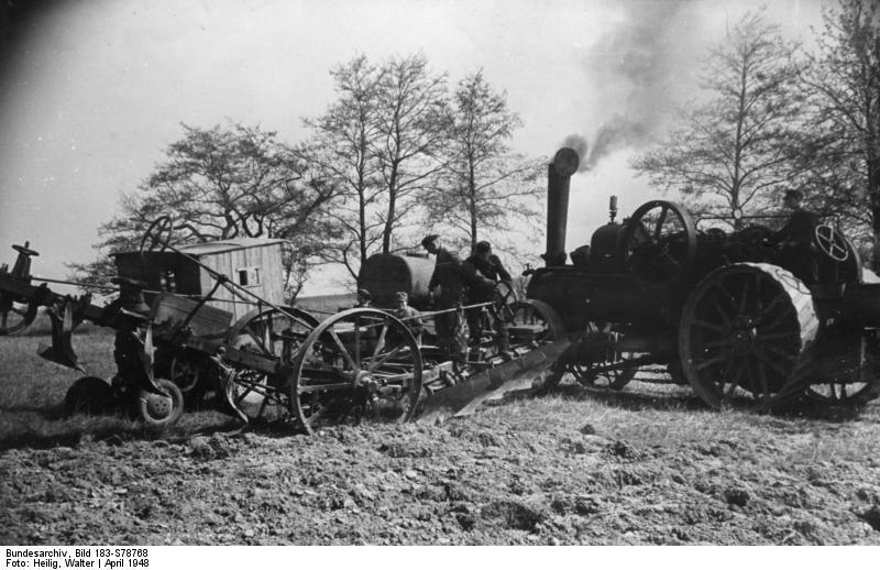 Bundesarchiv Bild 183-S78768, Oderbruch, Frühjahrsbestellung, Einsatz einer Lokomobile