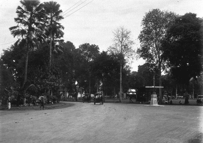 File:COLLECTIE TROPENMUSEUM De aloen-aloen te Djember op Oost-Java. TMnr 60009820.jpg