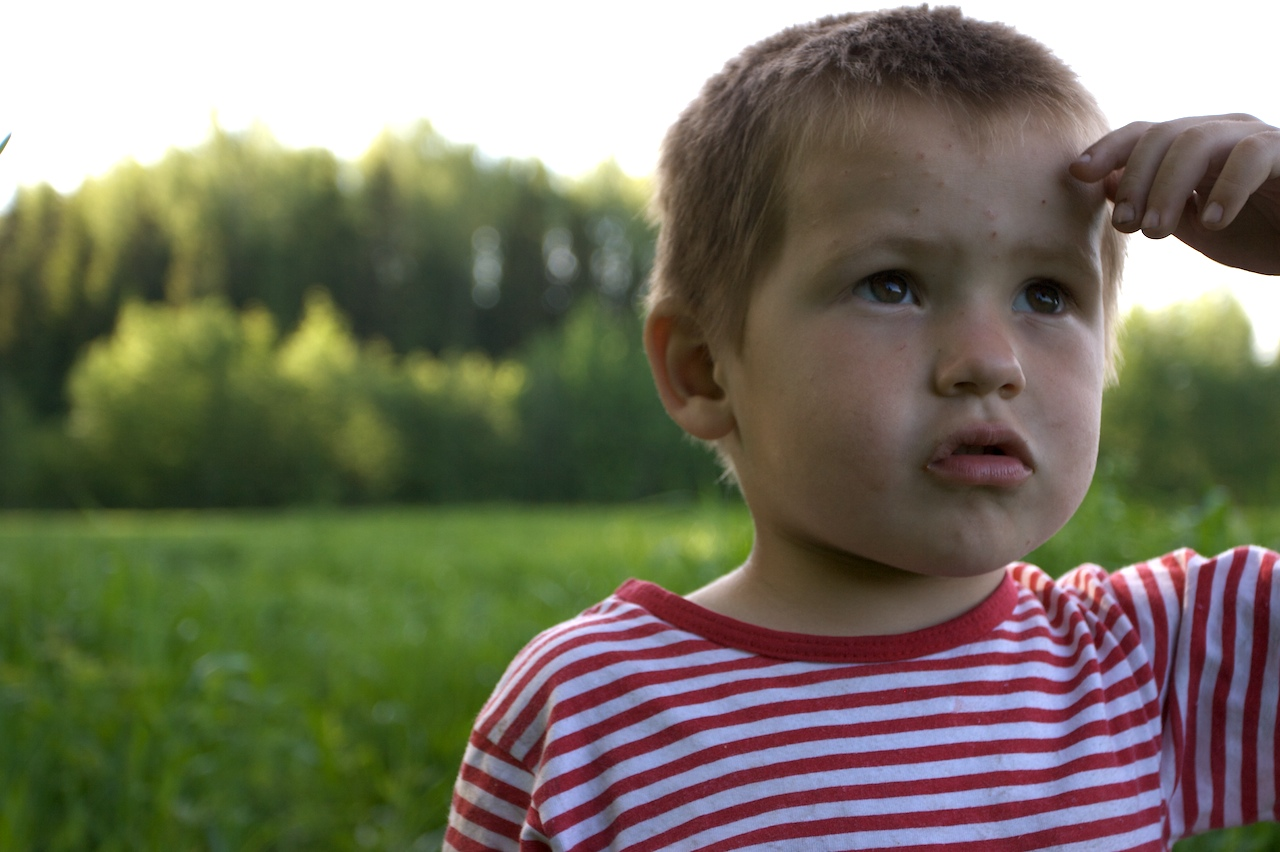 File:Children in a red and white shirt in a field.jpg - Wikimedia ...