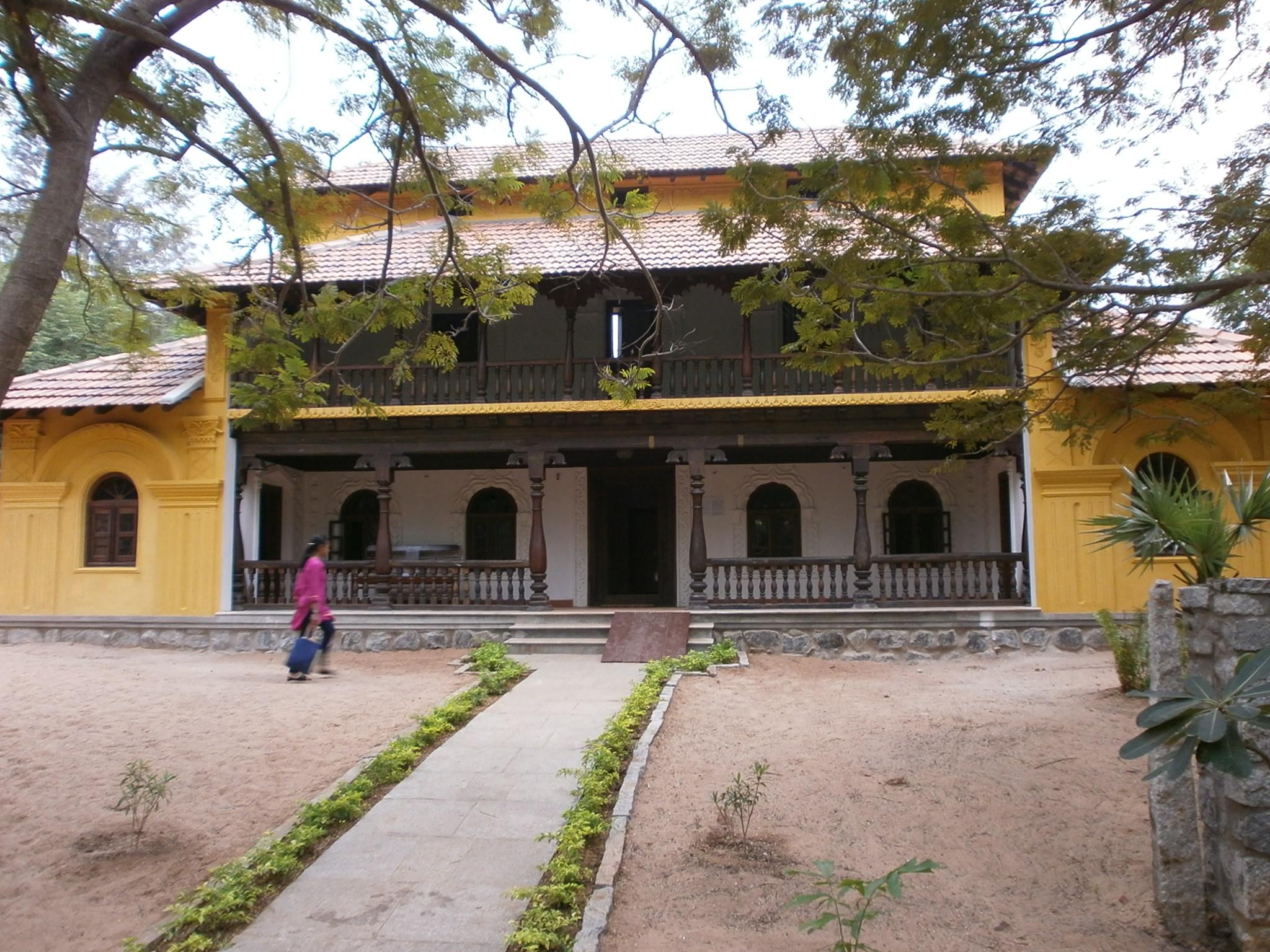 http://upload.wikimedia.org/wikipedia/commons/d/d9/Dakshina-Chitra-Karnataka-House.JPG