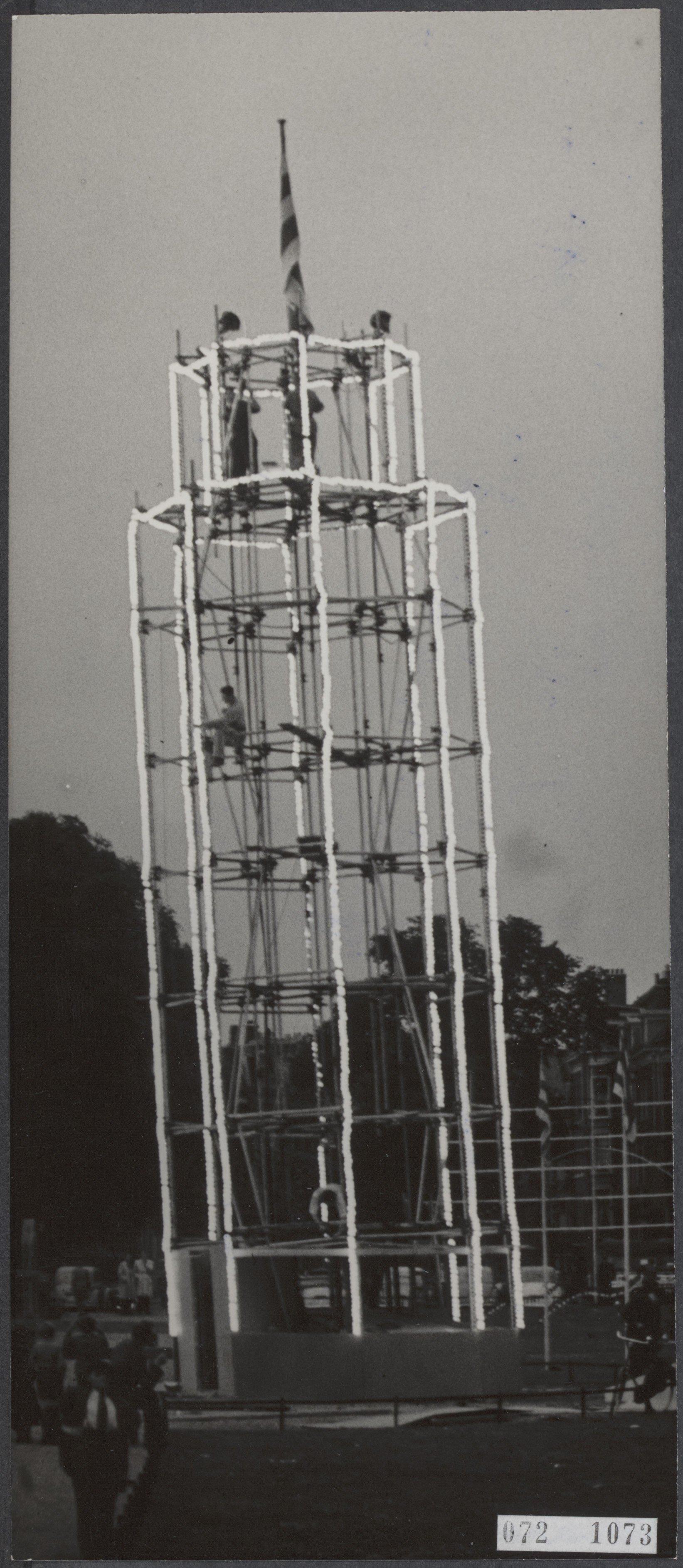 filede verlichte scheve toren van pisa op het frederiksplein te amsterdam onderdeel