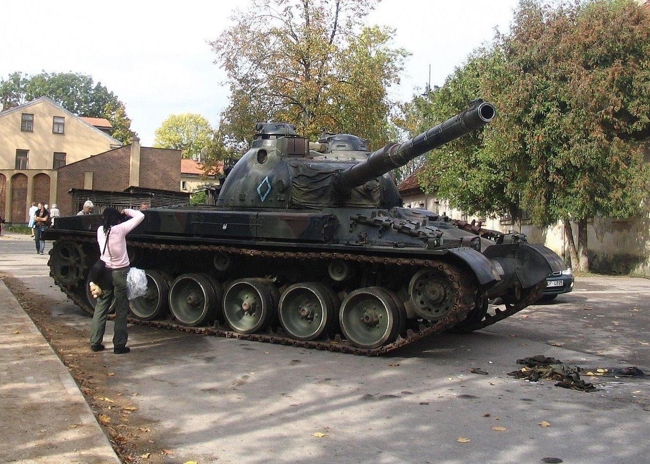 File:Filmset in Kuldīga - Panzer 68 tank.jpg - Wikimedia Commons
