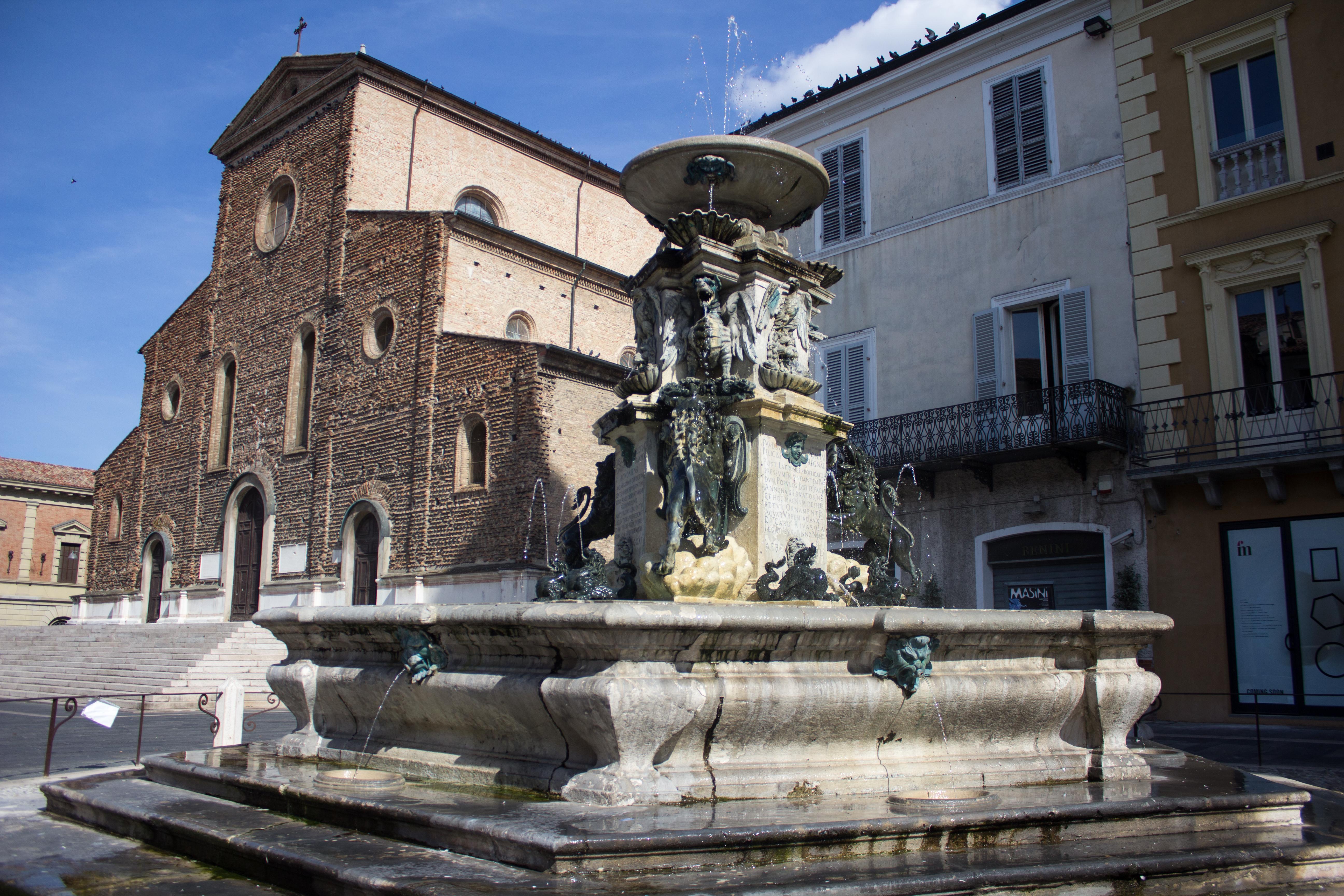 Fontana monumentale posta davanti al Duomo Duomo di Faenza · Chiesa della menda