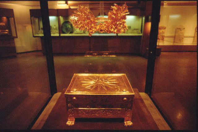ファイル:Golden larnax and wreath of Philip II of Macedon at the Vergina museum.jpg
