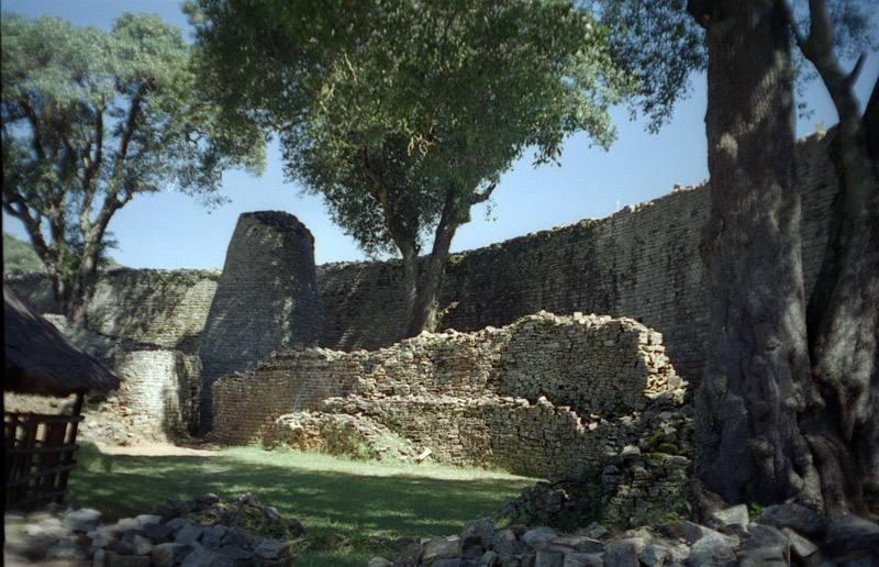 Ruins of Great Zimbabwe [Great-Zimbabwe-2,  By Image taken by Jan Derk in 1997 in Zimbabwe. (en:Image:Great-Zimbabwe-2.jpg) [Public domain], via Wikimedia Commons]