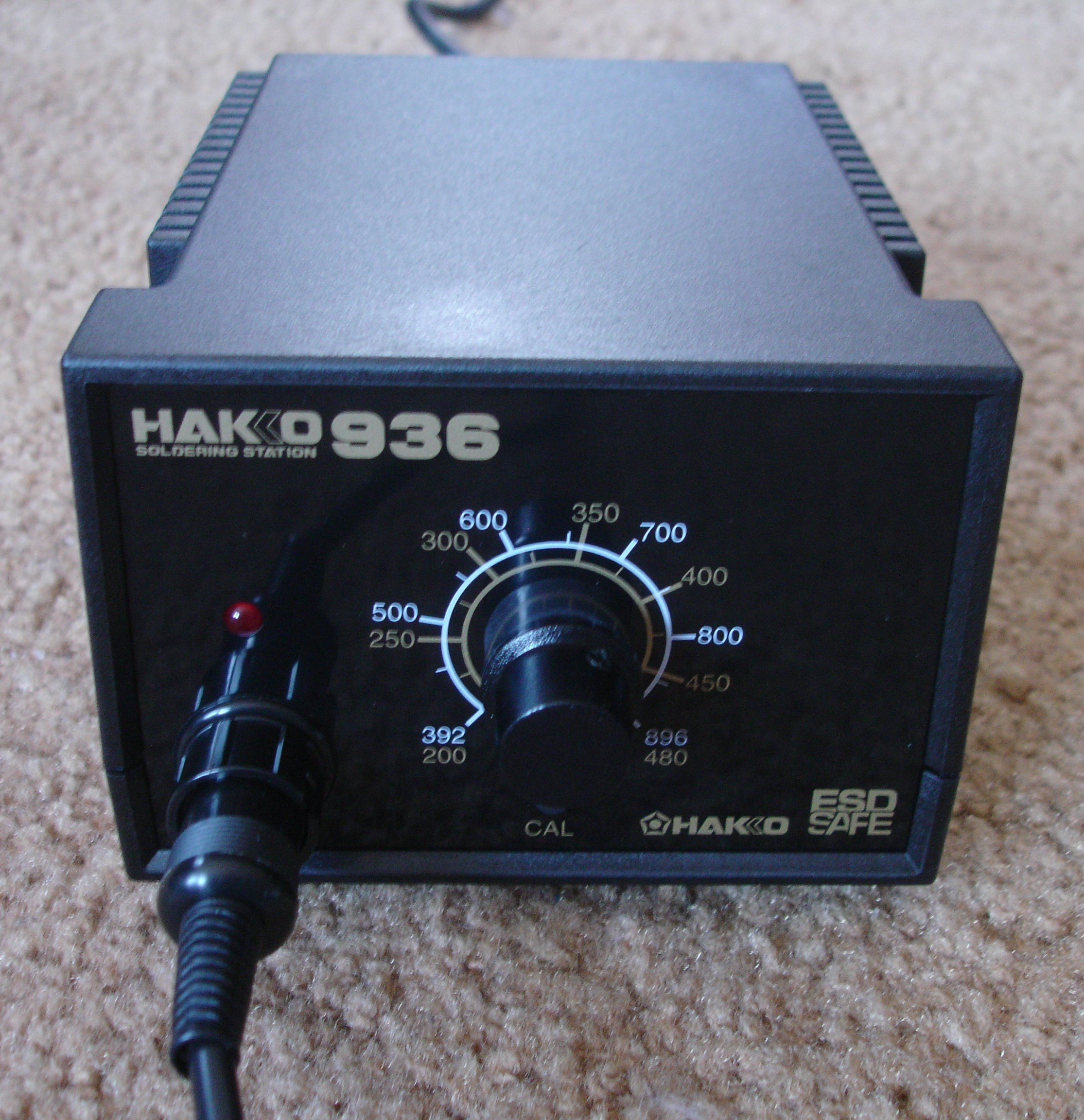 File:Hakko 936 soldering station plug connected.jpeg