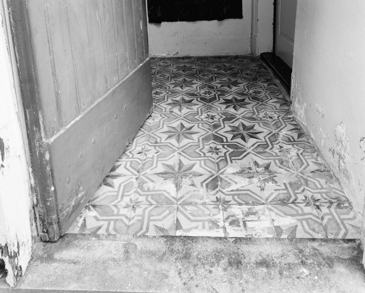 Kleine vloertegels description interieur vloertegels in klein halletje achter de voordeur - Klein interieur ruimte ...