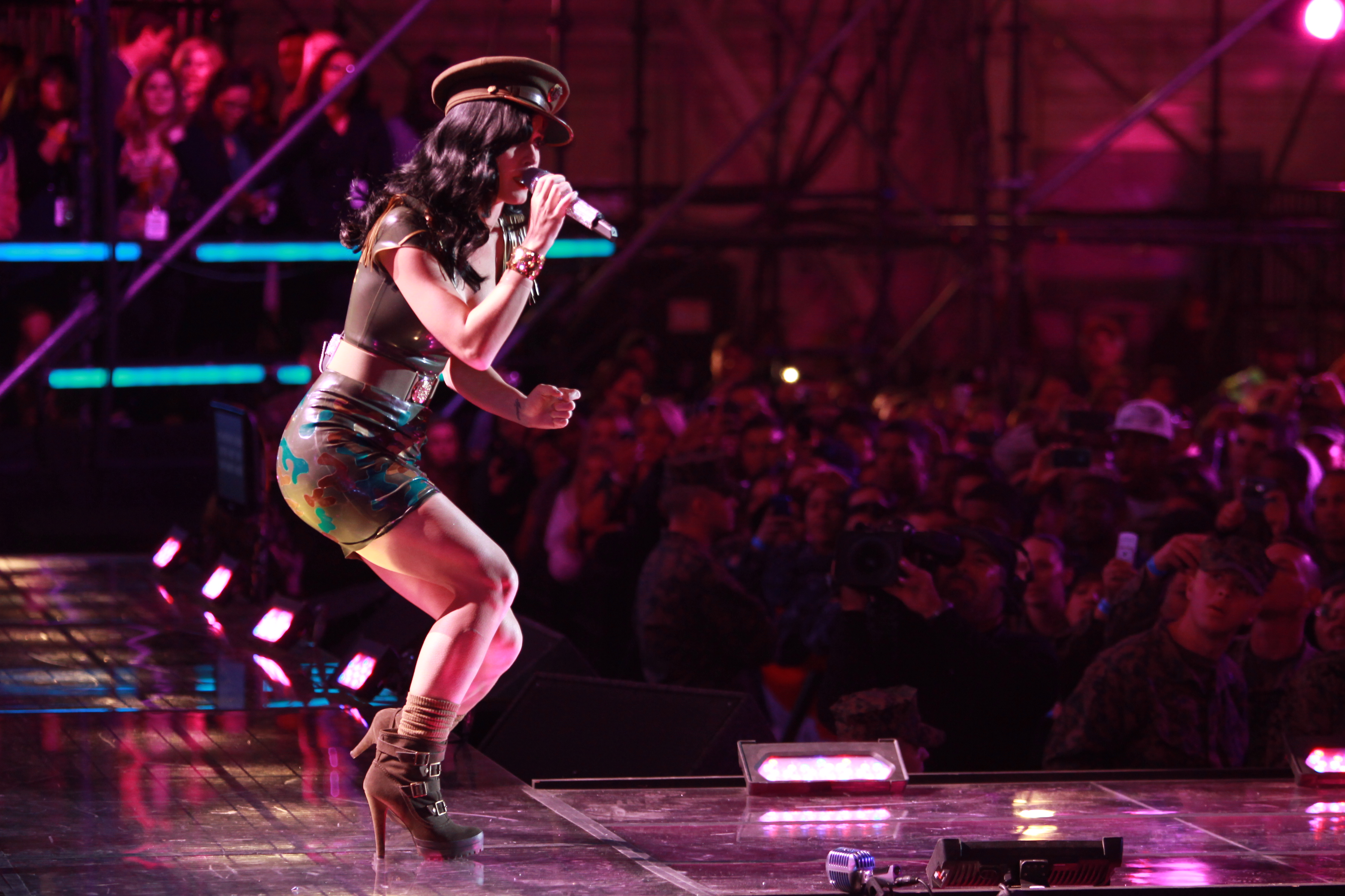 file katy perry troops concert     wikimedia commons