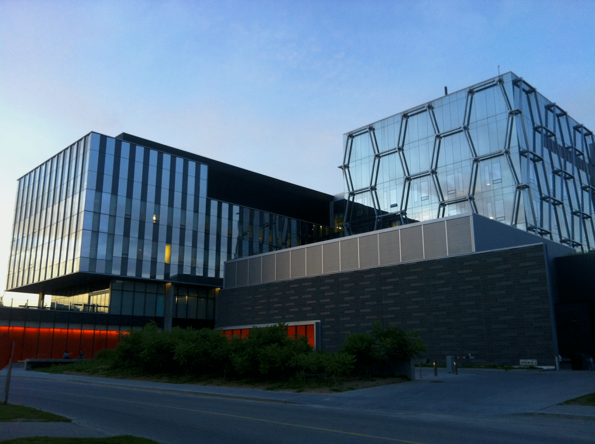 Một tòa nhà đã qua phủ nano cho kính giúp cách nhiệt hiệu quả, vệ sinh dễ dàng