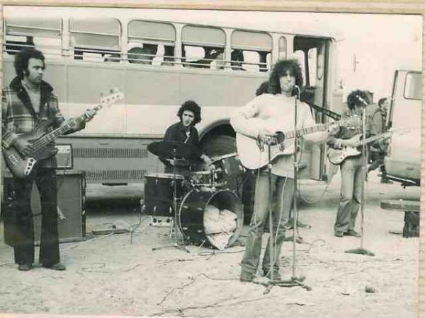 Shalom Hanoch at the microphone, performing for soldiers during the Yom Kippur War (1973)