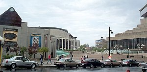 View of the Place des Arts esplanade. The Musée d'art contemporain is on the left; behind it is the Salle Wilfrid-Pelletier, with the Théâtre Maisonneuve on the right