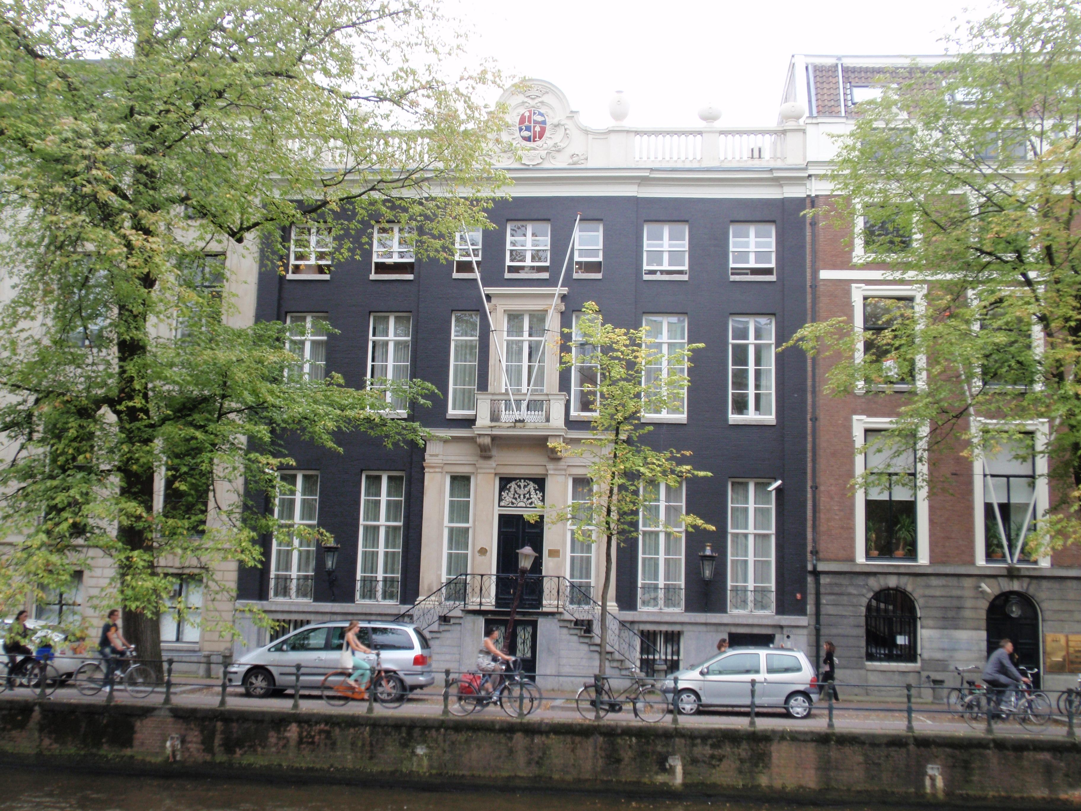 Dubbel huis met gevel onder rechte lijst en attiek met for Lijst inrichting huis