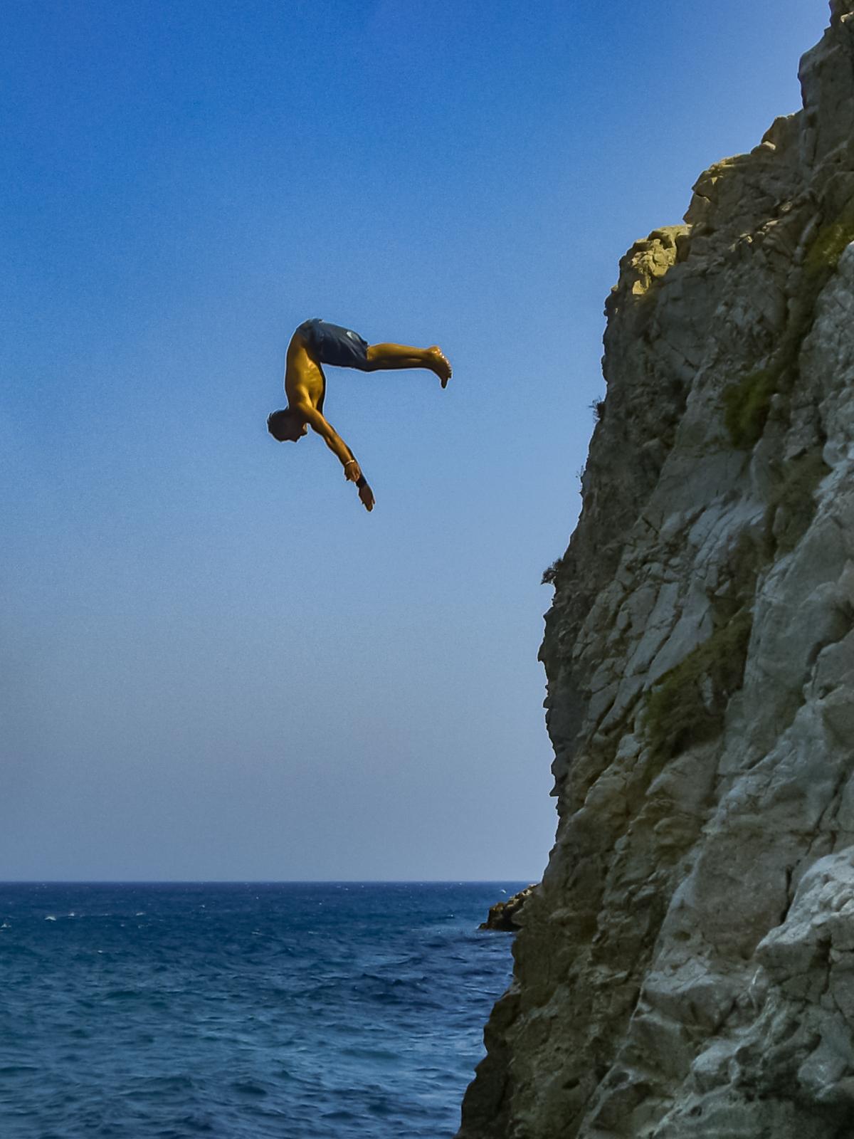 File:Santorin Klippenspringen cliff diving (24005131701 ...