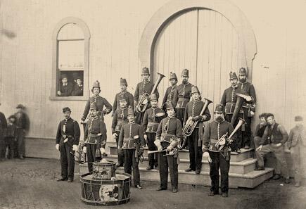 Fúvószenekar szaxkürtökkel a 19. század második felében