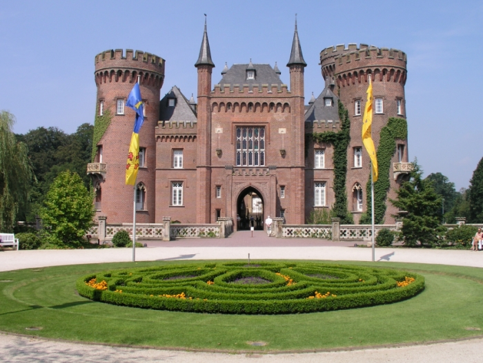 Description: https://upload.wikimedia.org/wikipedia/commons/d/d9/Schloss_Moyland_01.jpg