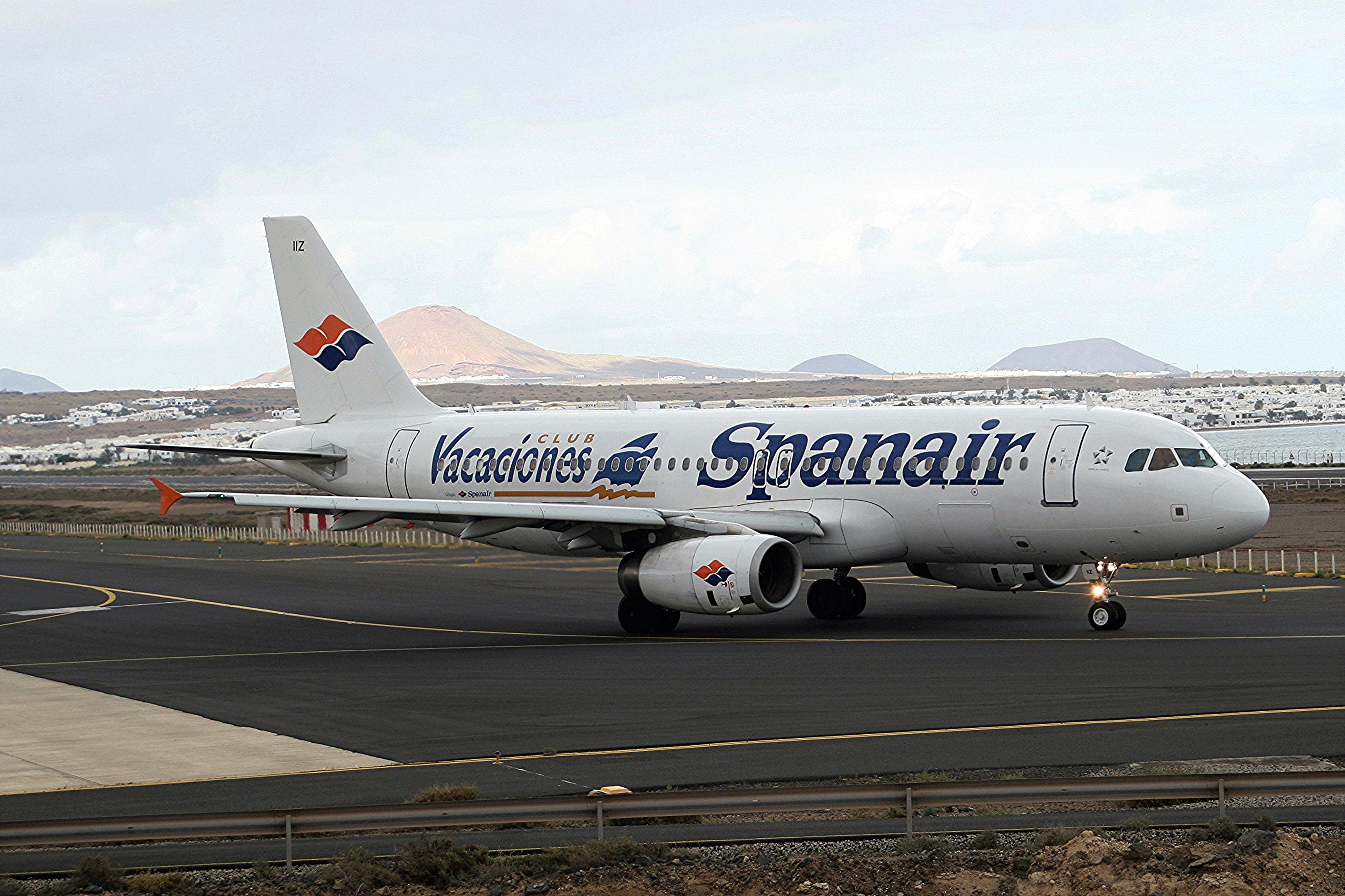 File:Spanair EC-IIZ A320 Arrecife(8) (38152195732) jpg - Wikimedia