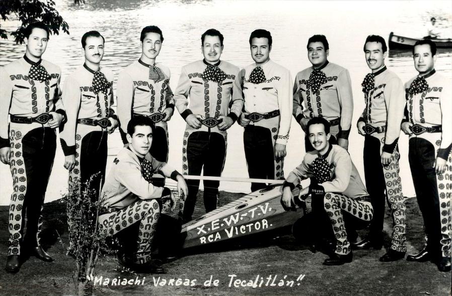'''Director general del Mariachi Vargas de Tecalitlán'''  Rubén Fuentes (sentado a la derecha) como músico activo del Mariachi Vargas. Fotografía tomada a inicios de la década de 1950 para RCA Víctor.