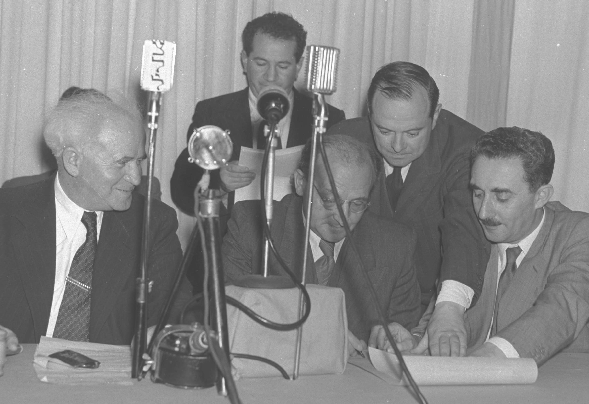 פרץ ברנשטיין חותם על מגילת עצמאות 1948 אוסף התצלומים הלאומי.jpg