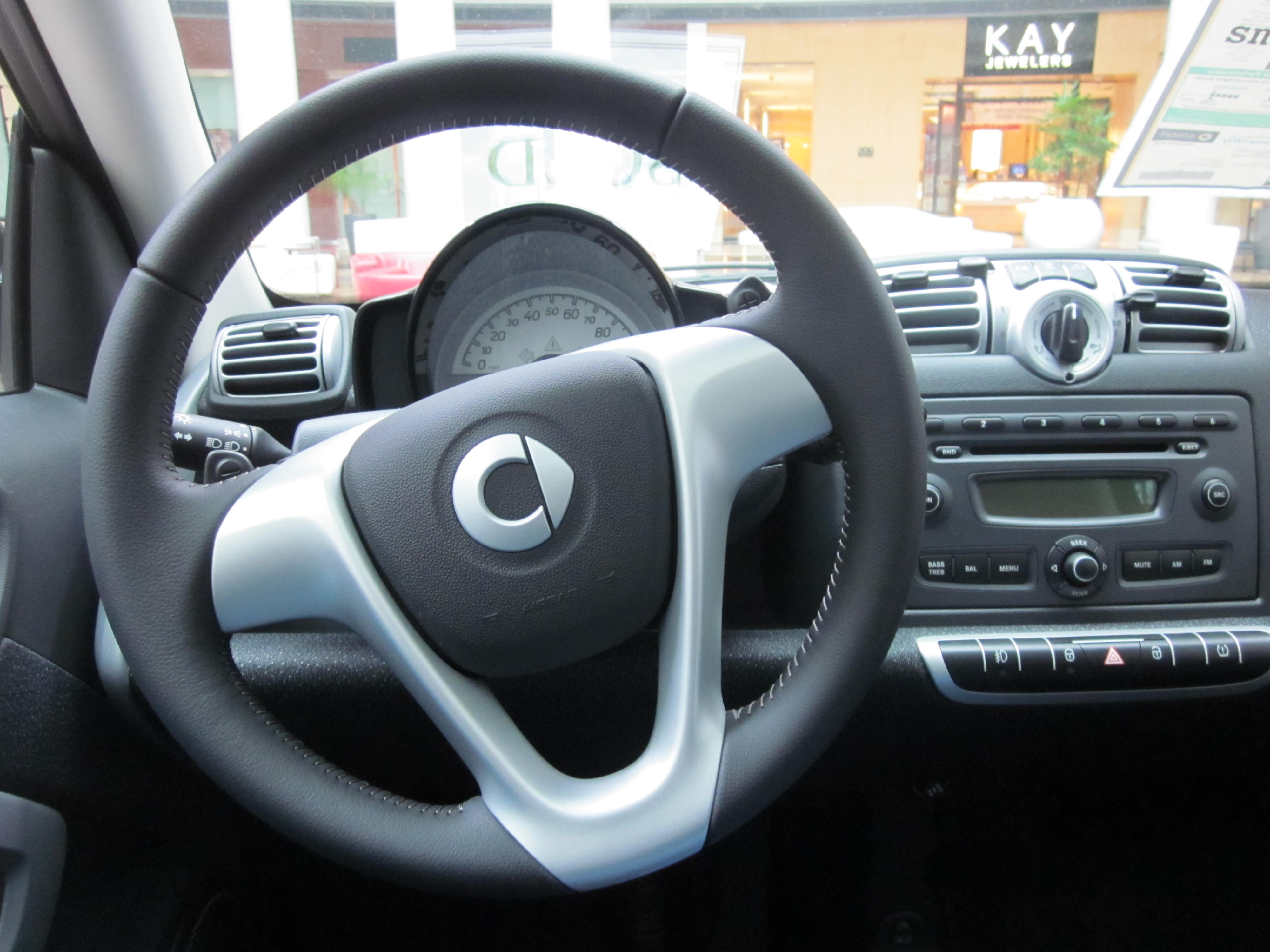 plik 2010 smart fortwo passion coupe interior 2 jpg wikipedia wolna encyklopedia. Black Bedroom Furniture Sets. Home Design Ideas