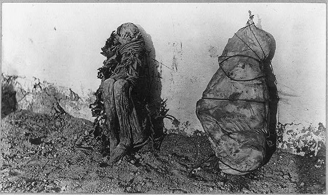 2 mummies, Cerro de Pasco, Peru LCCN2001705568